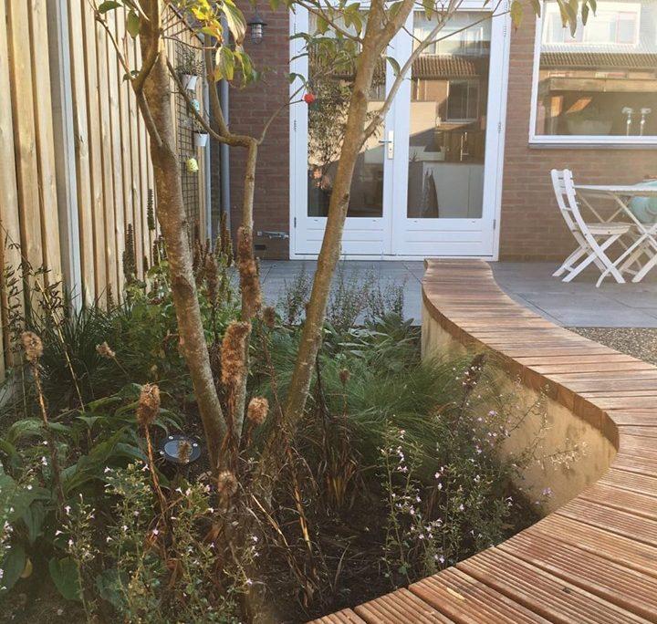 gestucte muur in achtertuin - aanleg en ontwerp door Schaffelaar Hoveniers